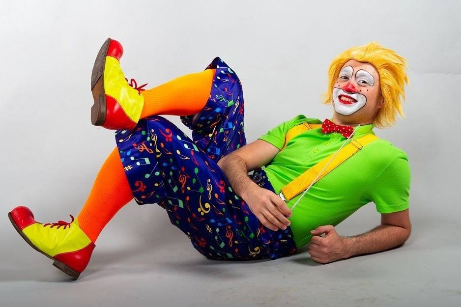 Дирижер-клоун и надувной оркестр