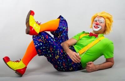 Клоун-дирижер и надувной оркестр